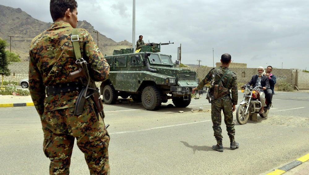 Soldados yemeníes en un puesto de control
