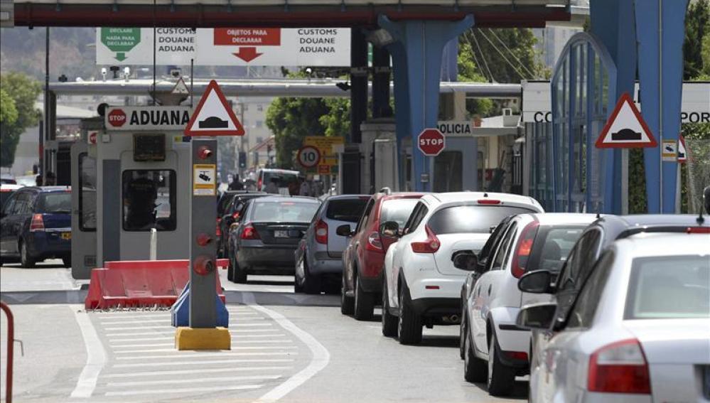 Fila de coches esperando para pasar la frontera a Gibraltar
