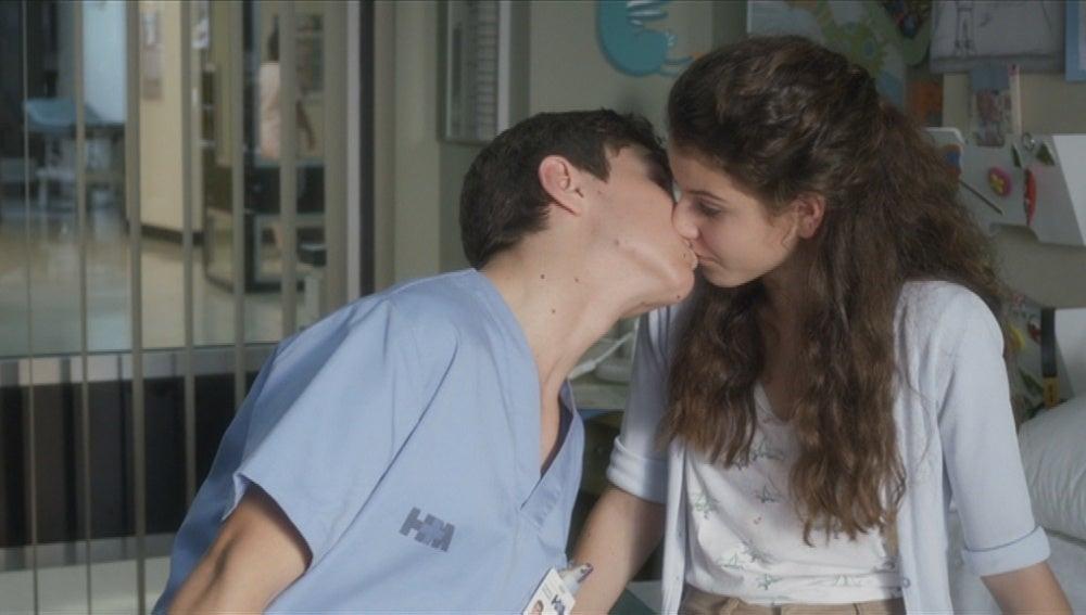 Toni le roba un beso a Álex