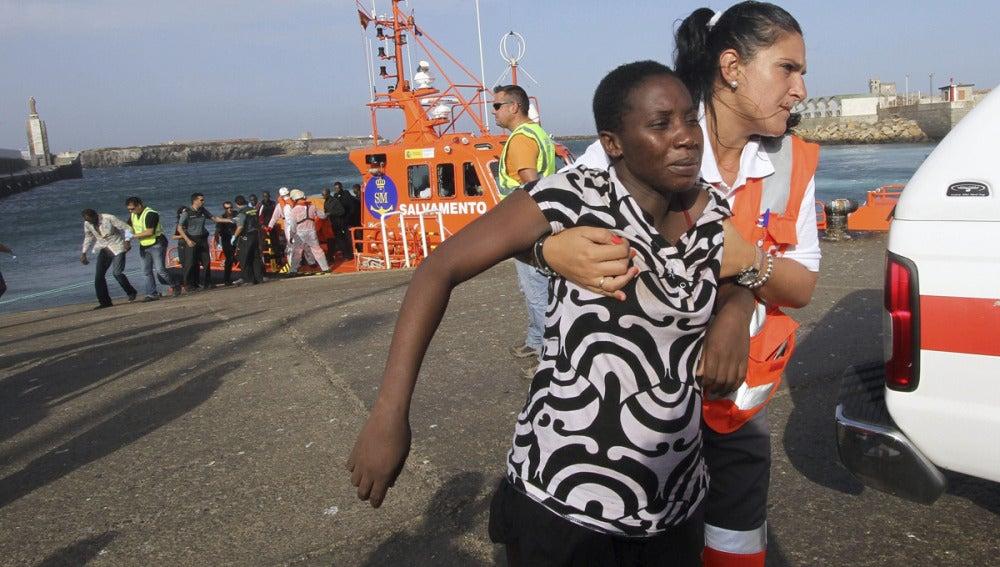 Varios de los inmigrantes rescatados son desembarcados