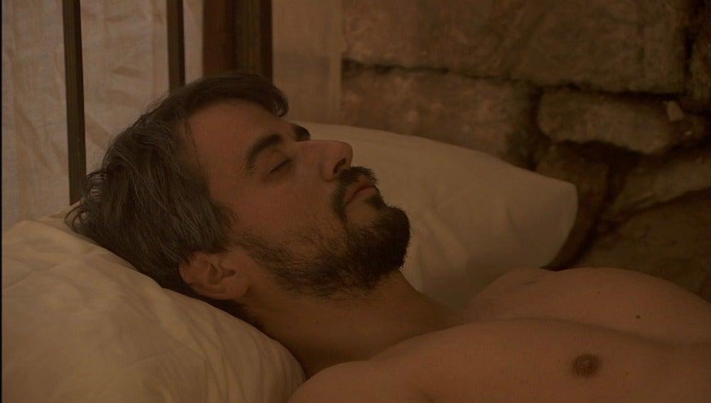 El médico comunica a Fernando que su padre no está muerto