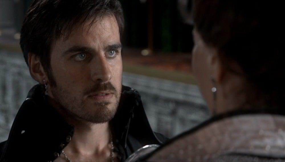 Garfio intenta arrancarle el corazón a Cora