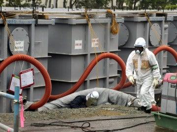 Un trabajador en la central nuclear de Fukushima