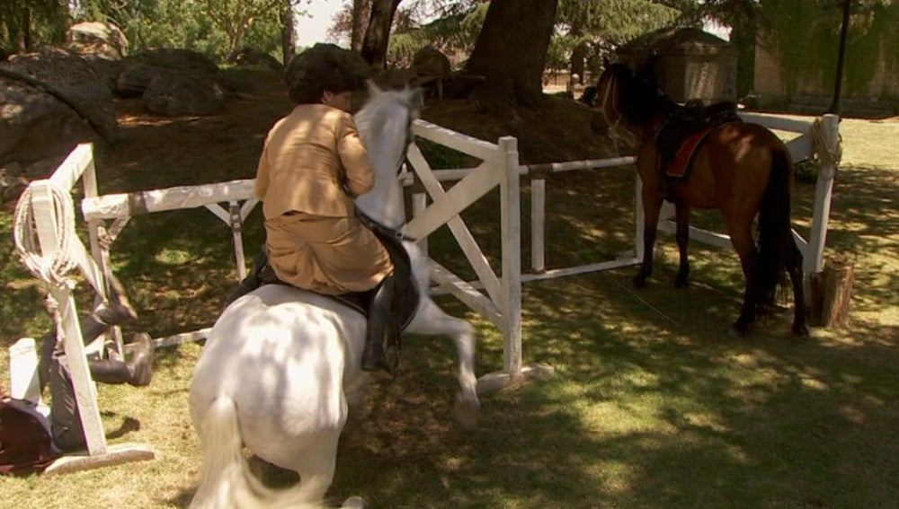 María se cae del caballo