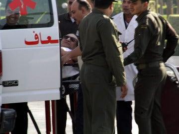 Hosni Mubarak llega en camilla al hospital militar de Maadi