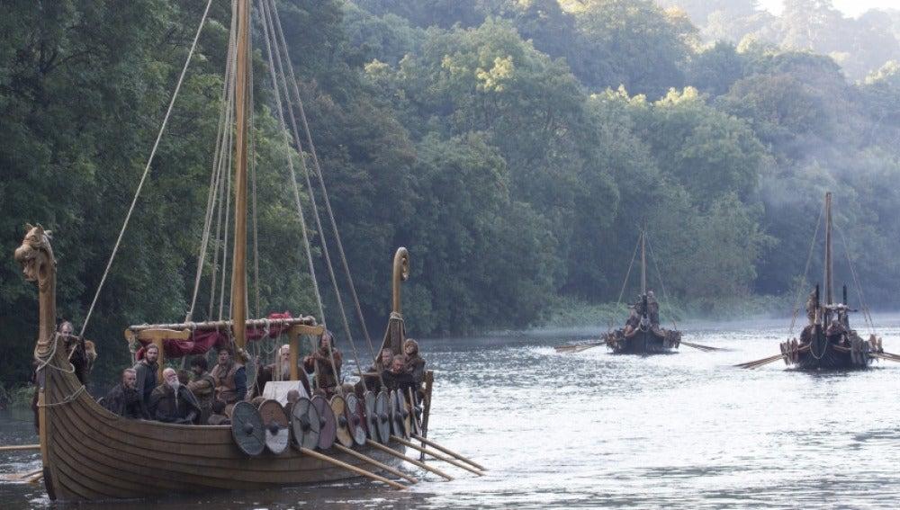 El barco de Ragnar hace su camino a través del río