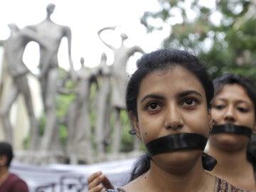 Varias estudiantes protesta para denunciar los crímenes contra las mujeres en la India.