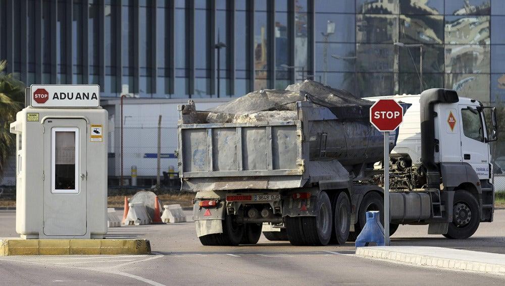 Un camión cargado con rocas atraviesa la frontera con Gibraltar