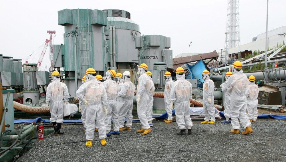 Trabajadores en la central de Fukushima