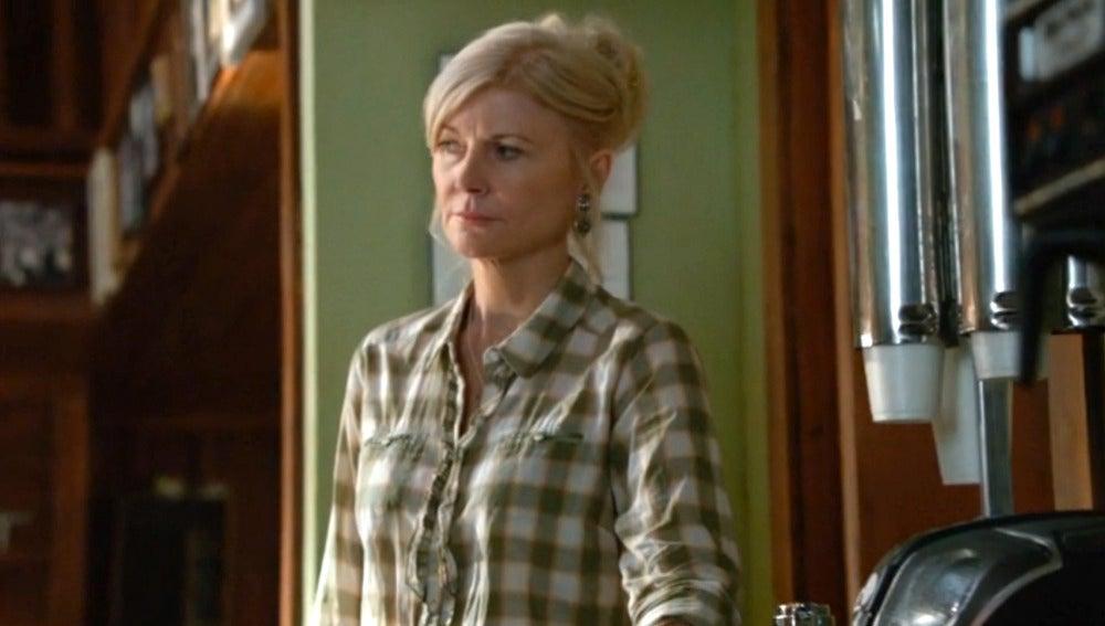Beth Broderick es Rose Twitchell