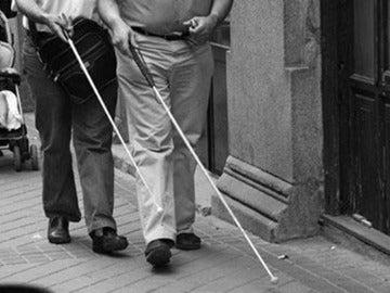 Dos invidentes caminando con bastones.