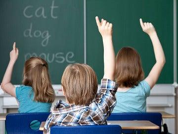 Unos niños asisten a una clase de inglés