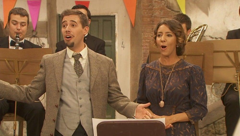 Hipólito y Emilia interpretando el himno de Puente Viejo