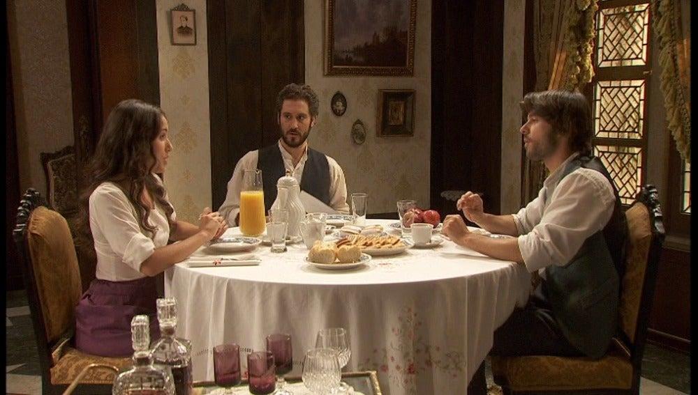 Aurora, Tristán y Gonzalo desayunando