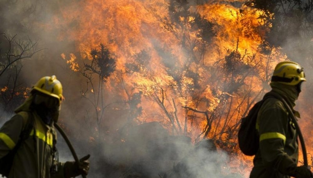 El fuego de Carnota sigue sin control