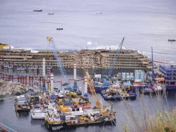 El crucero 'Costa Concordia' permanece enderezado a la espera de continuar con las operaciones