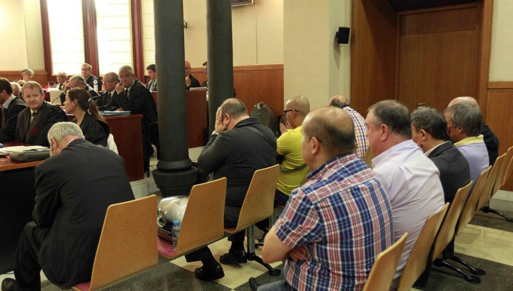 Varios de los acusados en el banquillo de la Audiencia de Barcelona