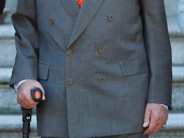 El Rey Juan Carlos, con muletas