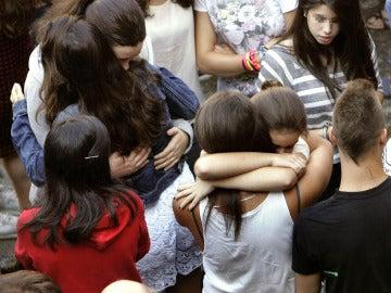 Amigas de la niña fallecida en Teo