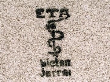Logotipo de la banda terrorista ETA pintado en la pared de un inmueble.