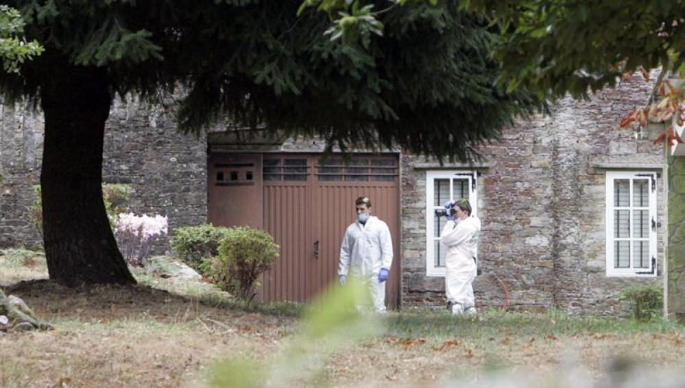 Agentes de la Guardia Civil durante el registro efectuado en una casa en Montouto,