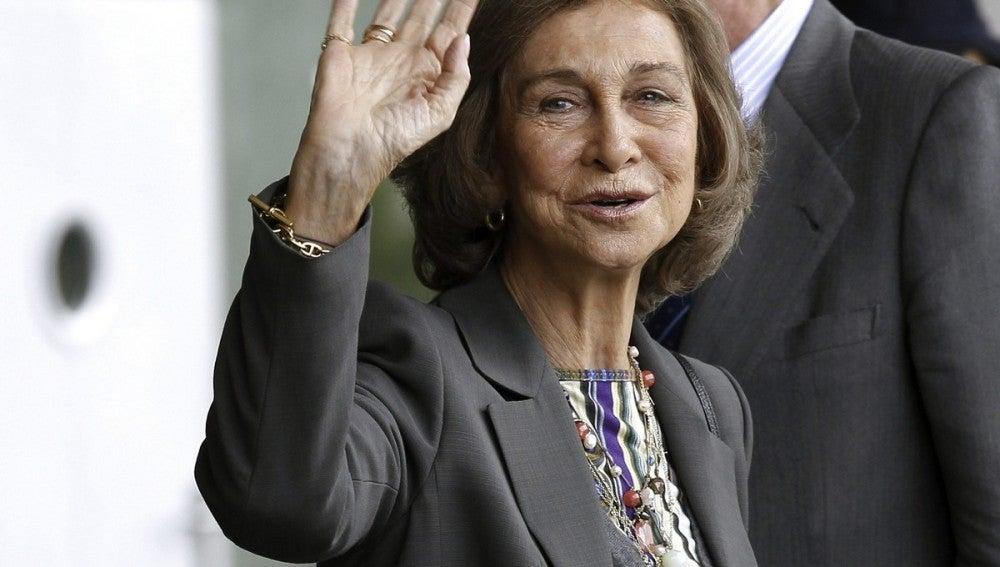 La reina Sofía a su salida del Hospital Quirón