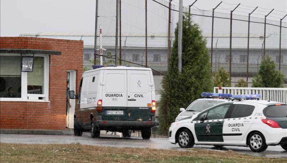 Un furgón policial lleva a los padres de Asunta Basterra