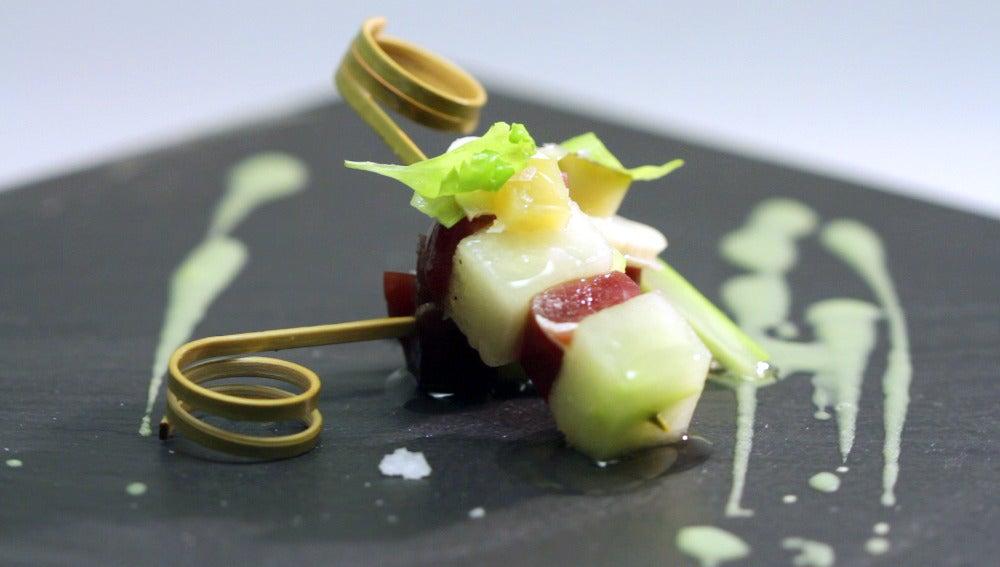 Pincho de melón y cecina con encurtidos, apio y wasabi