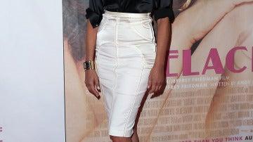 Sharon Stone con falda lápiz blanca y blusa negra