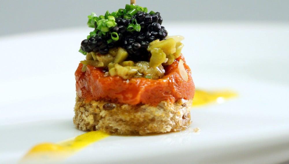 Pincho de sobrasada ibérica, encurtidos, huevas de mujol y salsa de yema y queso azul