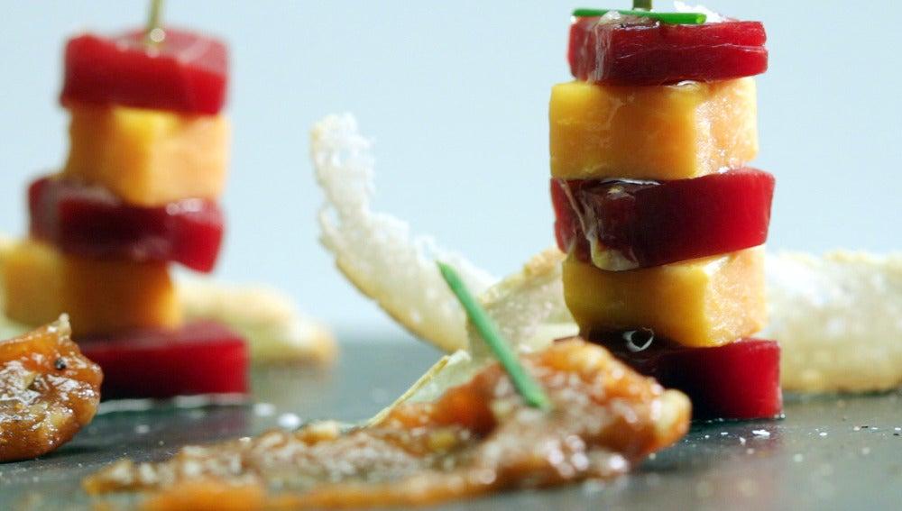 Brocheta de cecina y papaya con chutney de membrillo y nueces