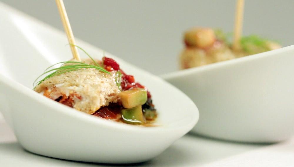 Cremoso de yogur con falso canelón de semillas con queso y lomo