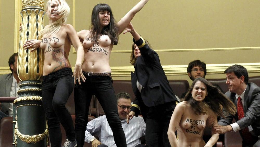 Tres activistas de Femen irrumpen en el Congreso