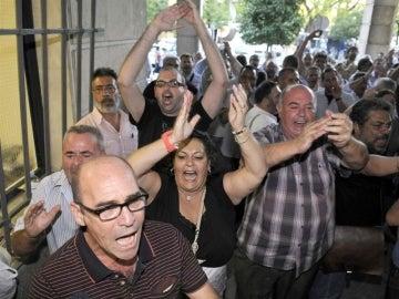 Un grupo de sindicalistas protestan a las puertas de los juzgados de Sevilla