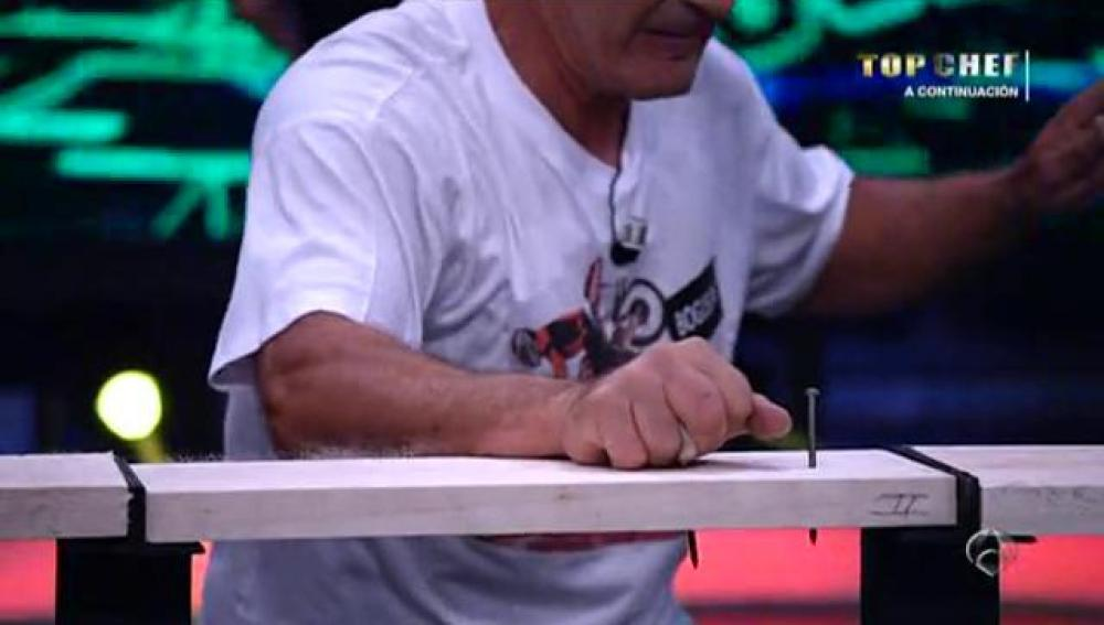 Clavando clavos con las manos