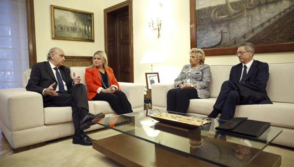 Los ministros Jorge Fernández Díaz y Alberto Ruiz-Gallardón, junto a Mari Mar Blanco y Ángeles Pedraza,
