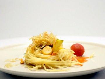 Espaguetis patosos con salsa de pollo y tomate
