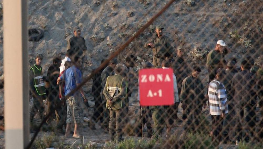 Nuevo intento de un centenar de inmigrantes de asaltar la frontera.
