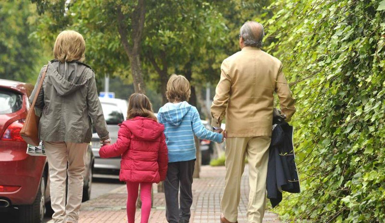 Unos abuelos acompañan a sus nietos al colegio (Archivo)