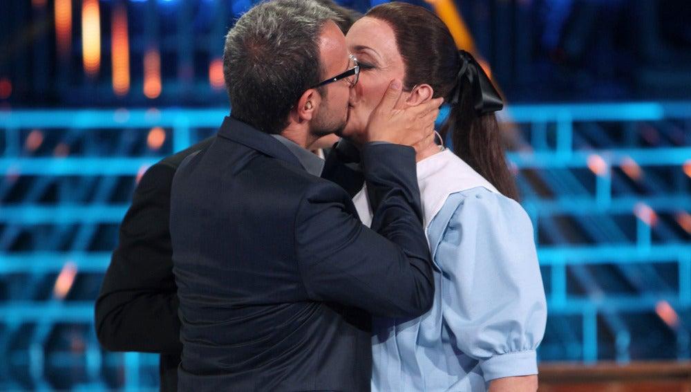Ángel Llácer besa a Santi Rodríguez
