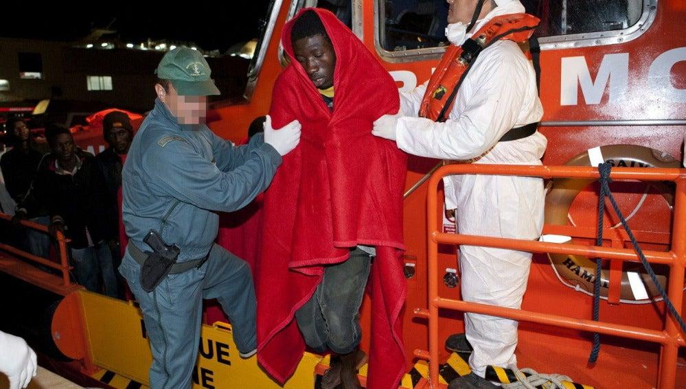 Rescatados 44 inmigrantes que viajaban en una patera hacia la costa de Granada