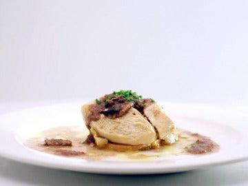 Suprema de pollo con patata chafada, foie gras y salsa de setas