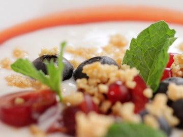Crema de yogur con frutos rojos y con crujiente de almendras