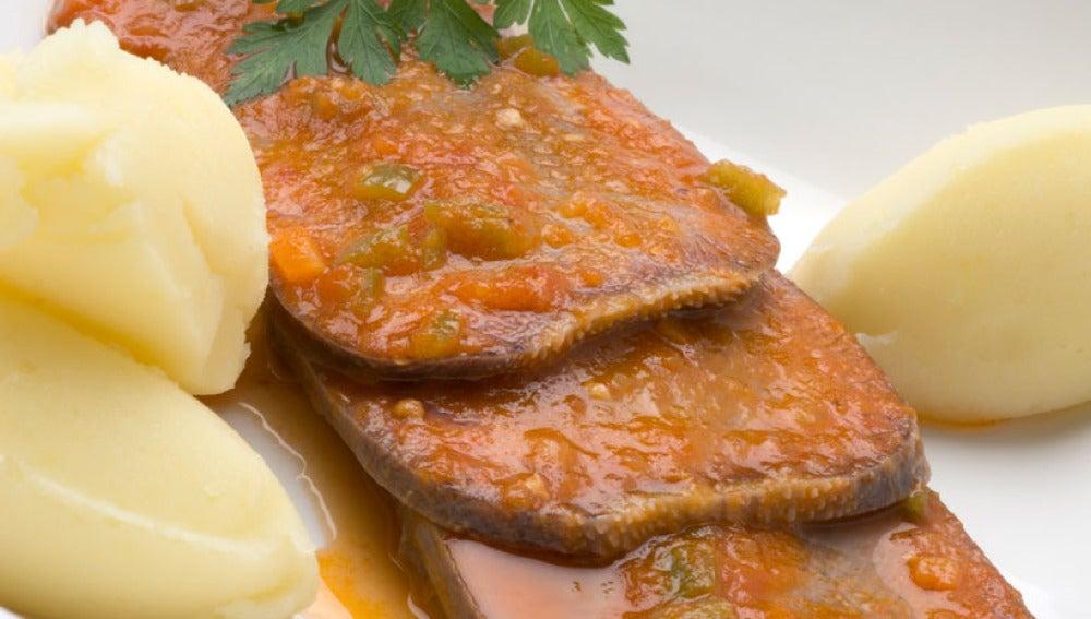 Lengua en salsa de tomate con puré de patatas