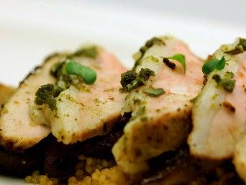 Lomo de carne de cerdo con couscous y salsa india