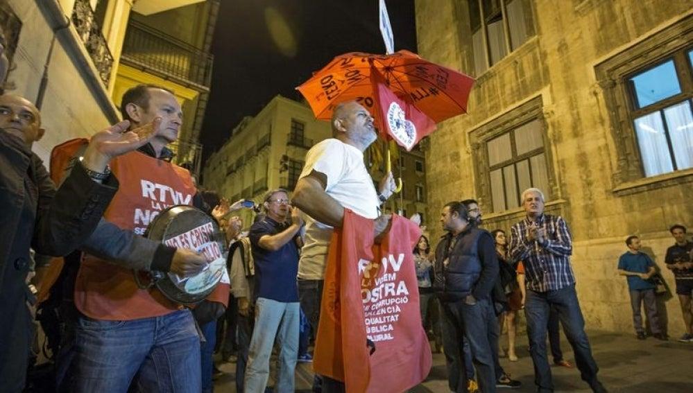 Protestas de trabajadores de RTVV tras el cierre.