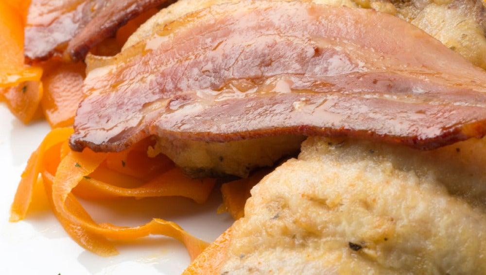 Chicharro con zanahorias salteadas