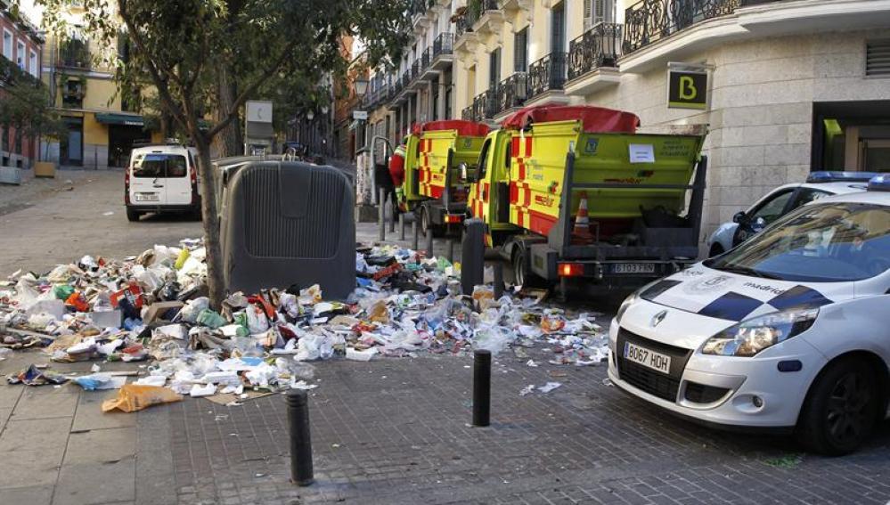 Basura amontonada en la plaza de Carlos Cambronero en el centrop de Madrid