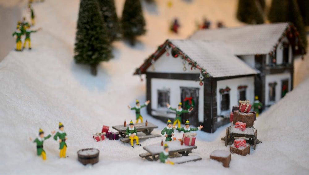 Elfos celebran que tienen regalos