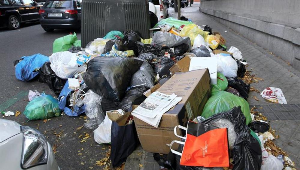 Basura acumulada en la madrileña calle de Caracas
